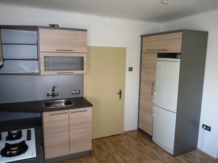 Kuchyňské linky....realizace - Protilehlá část se spižírnou a vloženou lednicí.