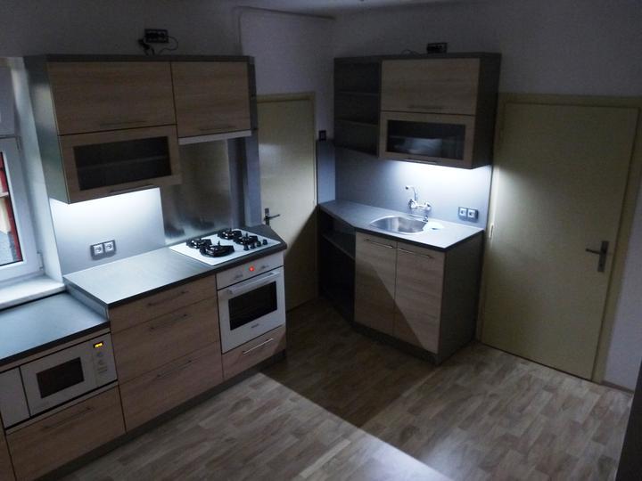 Kuchyňské linky....realizace - Studené led podsvícení dokresluje atmosféru a je dnes již osvětlením každé moderní linky.