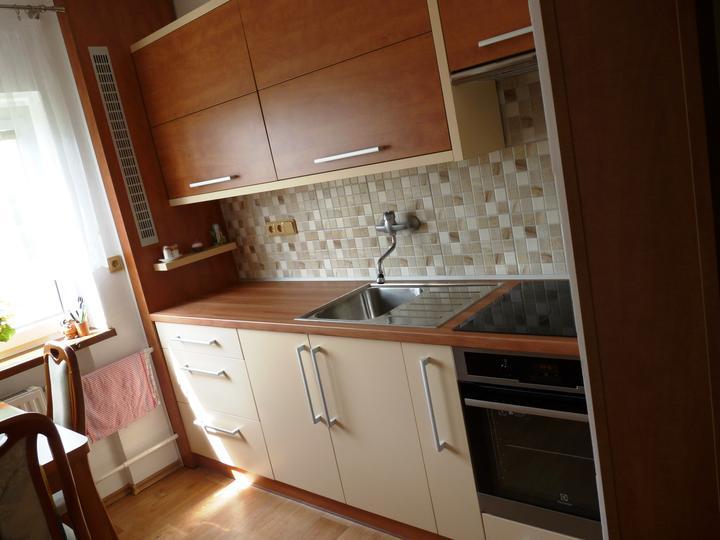 Kuchyňské linky....realizace - vlevo je vidět řešení zakrytí radiátorových trubek