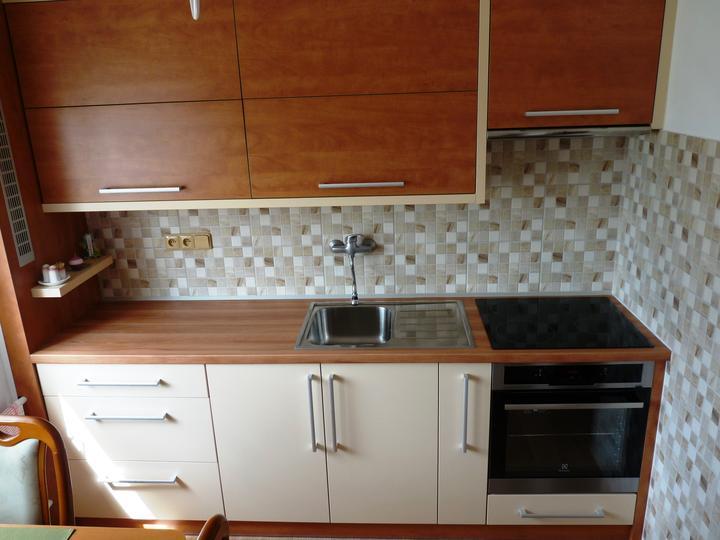 Kuchyňské linky....realizace - korpusy linky jsou obehnány 3,6cm tlustým lemováním,aby se umocnil designový prvek