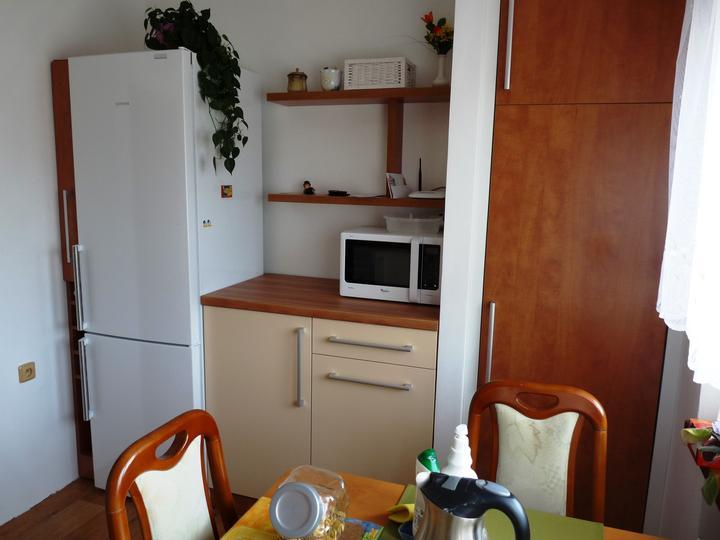 Kuchyňské linky....realizace - Naproti linky je ještě druhá část,kde je lednice a spižírna s košem.
