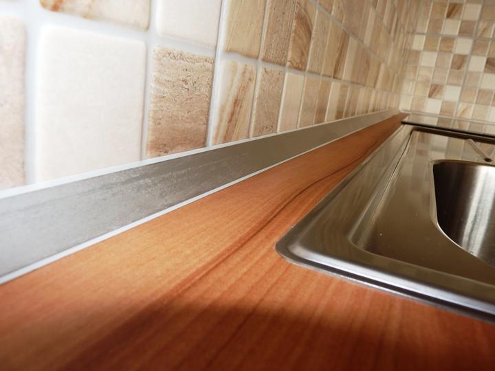 Kuchyňské linky....realizace - Detail moderní těsnicí lišty