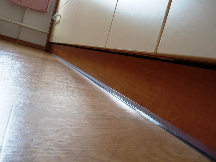 Kuchyňské linky....realizace - I sokl musí být dokonale utěsněn,aby se při vytírání nedostala vlhkost do materiálu