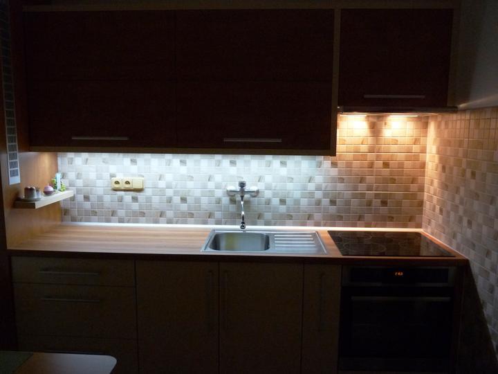 Kuchyňské linky....realizace - Tady lze vidět,jak dokonale dokáže moderní LED osvětlení prosvítit celou pracovní plochu