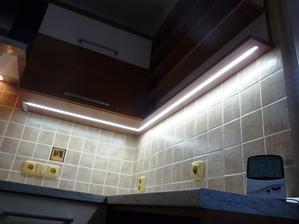 LED osvětlení pod horníma skřínkama.