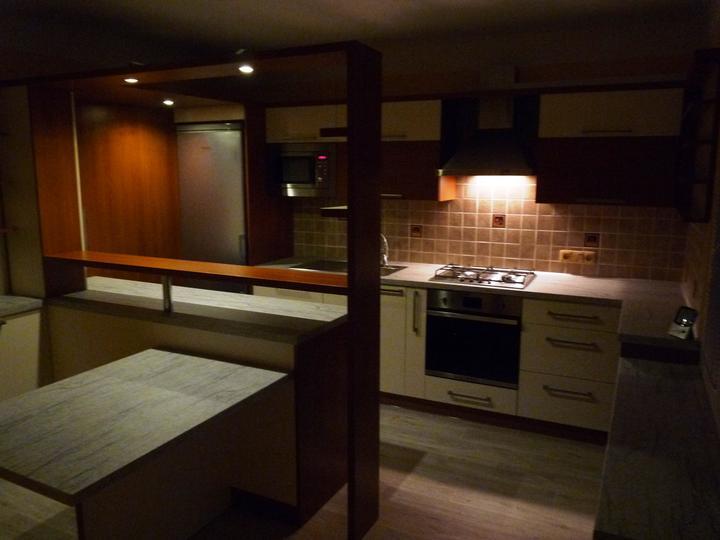 Kuchyňské linky....realizace - Teplé osvětlení k navození večerní atmosféry.