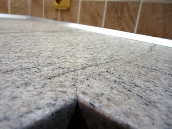 Kuchyňské linky....realizace - Detail spoje desky s těsnící AL lištou v pozadí.