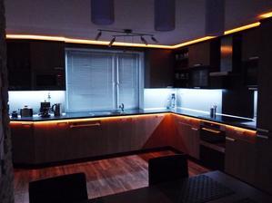 Linka s tzv.RGB osvětlením,které umožňuje pomocí ovladače měnit barvy podsvícení.