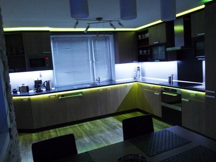 Kuchyňské linky....realizace - Linka s tzv.RGB osvětlením,které umožňuje pomocí ovladače měnit barvy podsvícení.