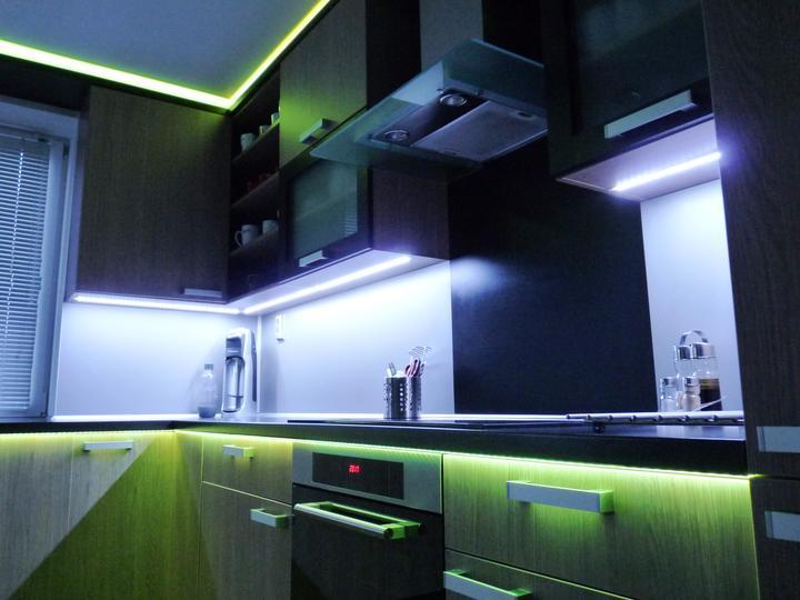 Kuchyňské linky....realizace - Osvětlení pod hranou pracovní desky umožňuje nasvícení prostoru zásuvky.