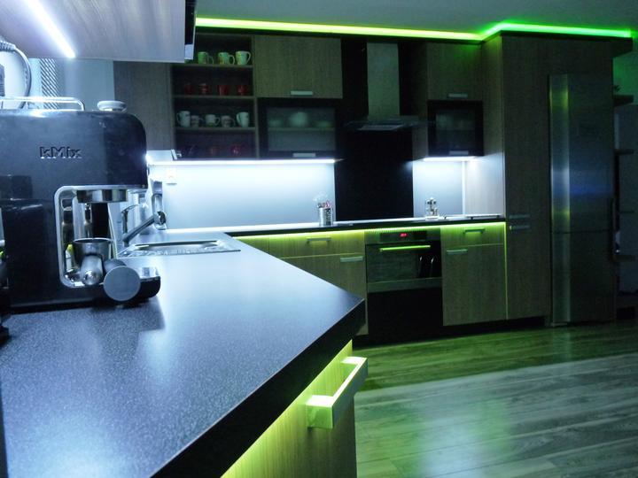 Kuchyňské linky....realizace - Pro práci na samotné ploše linky je využíváno studené bílé světlo.