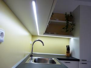 Nažloutlé záda dávají vyniknout studeným LED páskům