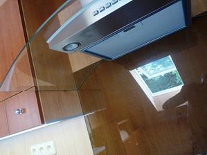 Detaily návaznosti skla digestoře s kouřovým varným sklem a skřínkami.