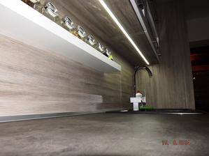 LED pásek pod horníma skřínkama dostatečně osvětluje pracovní plochu