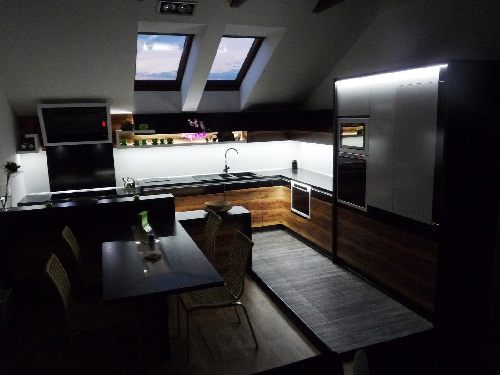 Kuchyňské linky....realizace - Naopak studené bílé světlo je vhodné na podsvícení pracovní části