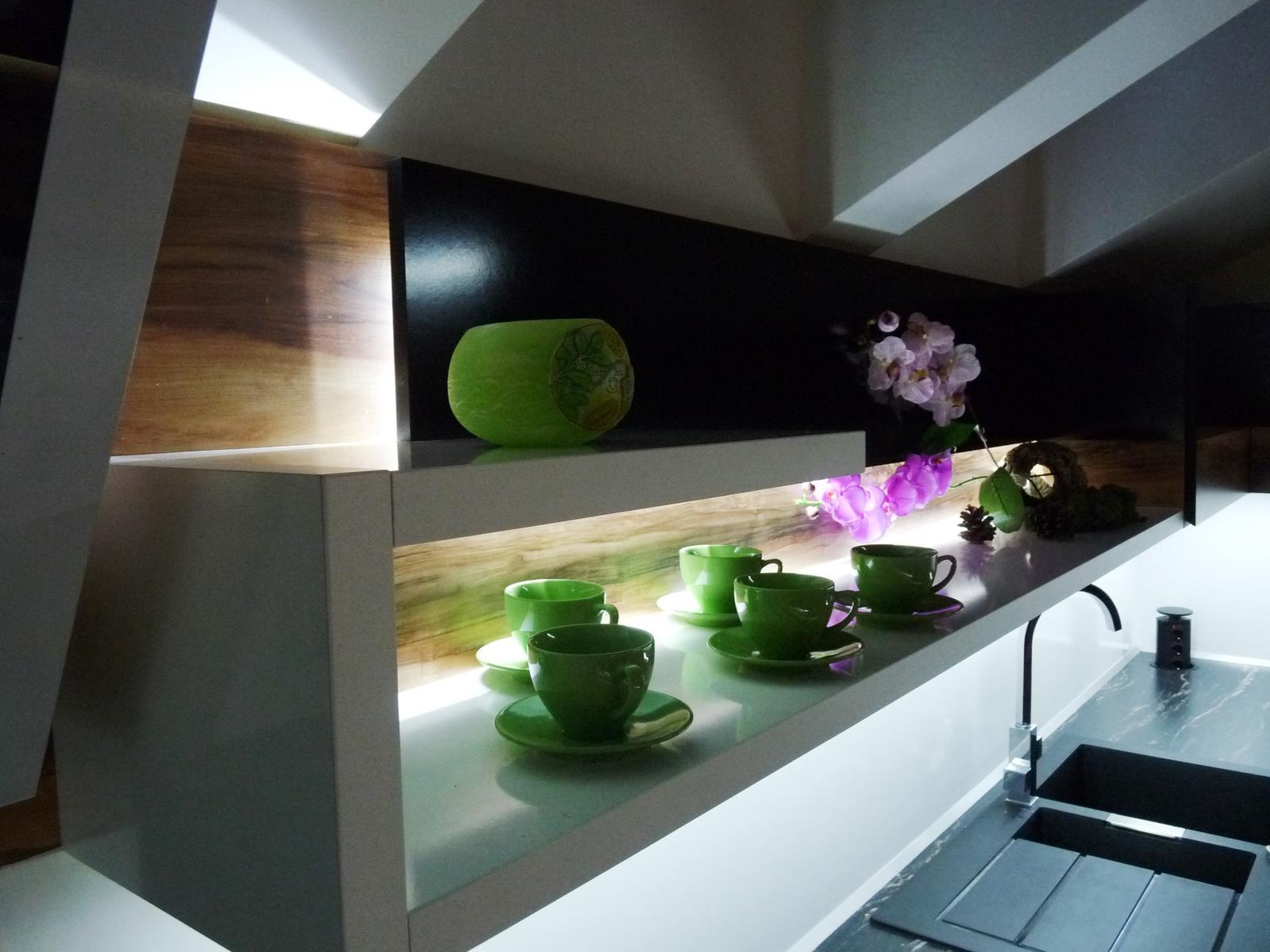 Kuchyňské linky....realizace - I drobný designový prvek může spolu se světelným prvkem obzvláštnit linku