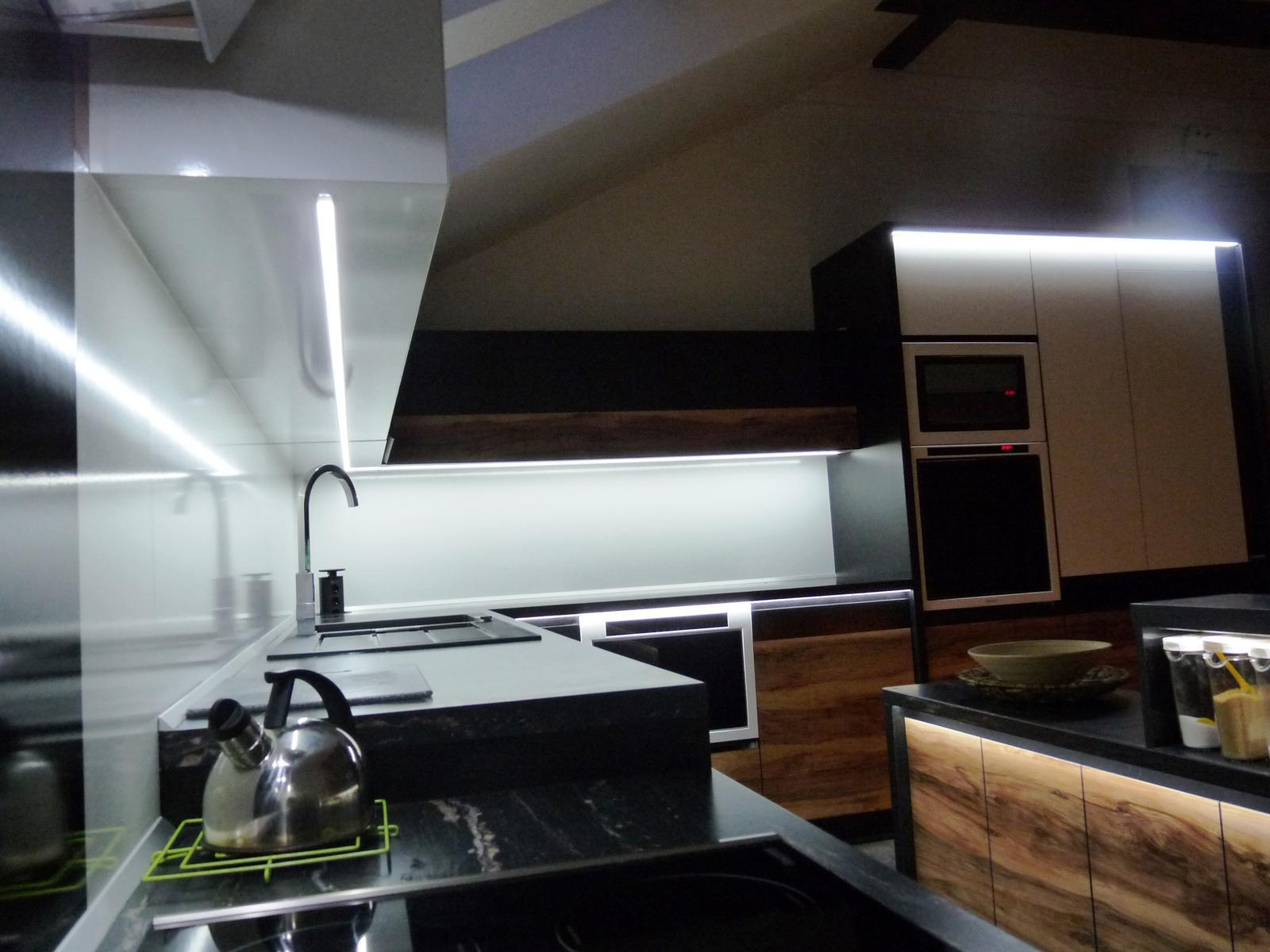 Kuchyňské linky....realizace - Led pásky se dají zafrézovat do profilu pod horní skřínky a aby nebyly vidět světelné body pásku,překryje se mléčným difuzorem