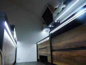 Podsvítit lze i přesahy pracovní desky.Při otevření skřínky,nebo šuplíku svítí světlo do prostoru