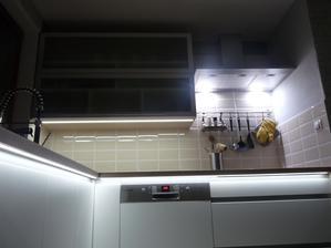 LED profily pod deskou