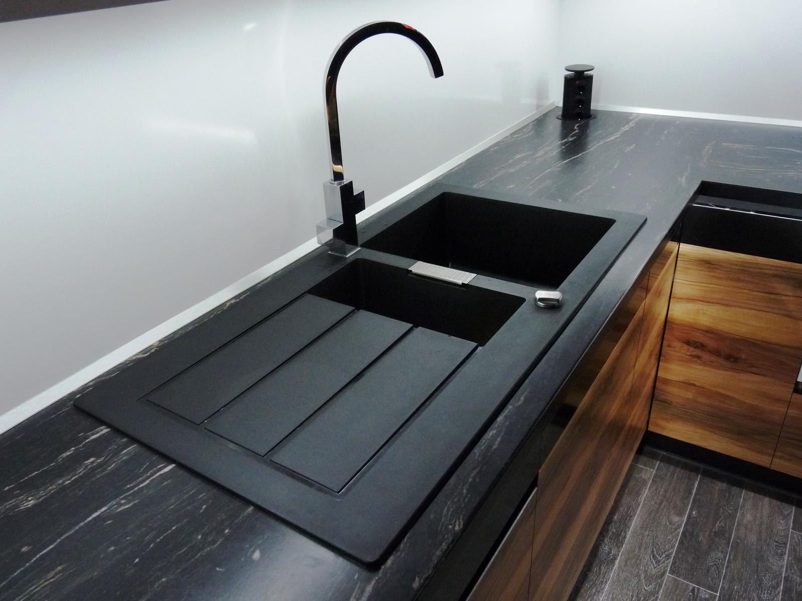 Kuchyňské linky....realizace - Granitový dřez zapasovaný v desce linky,by měl být důkladně zatěsněn,včetně otvoru.