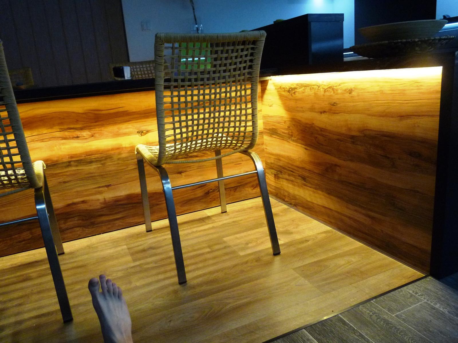 Kuchyňské linky....realizace - Teplé světlo vytáhne přírodní tóny kresby dřeva.