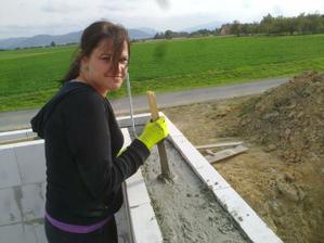 Dnes konečně lejeme věnec,ještě postavit slupy a čekáme na střechaře.