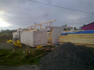 Tak,už aj střecha sa vyrabja....to museli pokacet pul lesa.