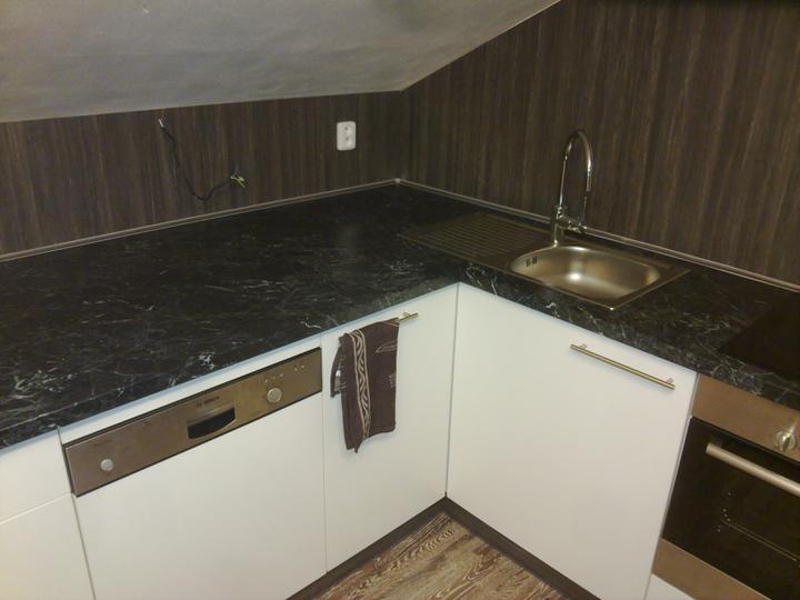 Kuchyňské linky....realizace - 90cm hloubka desky,kvůli sešikmení stropu
