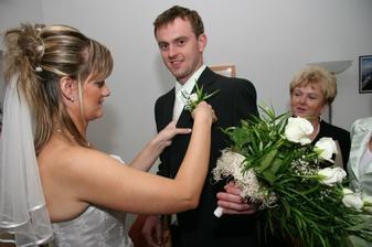 Předání květiny.