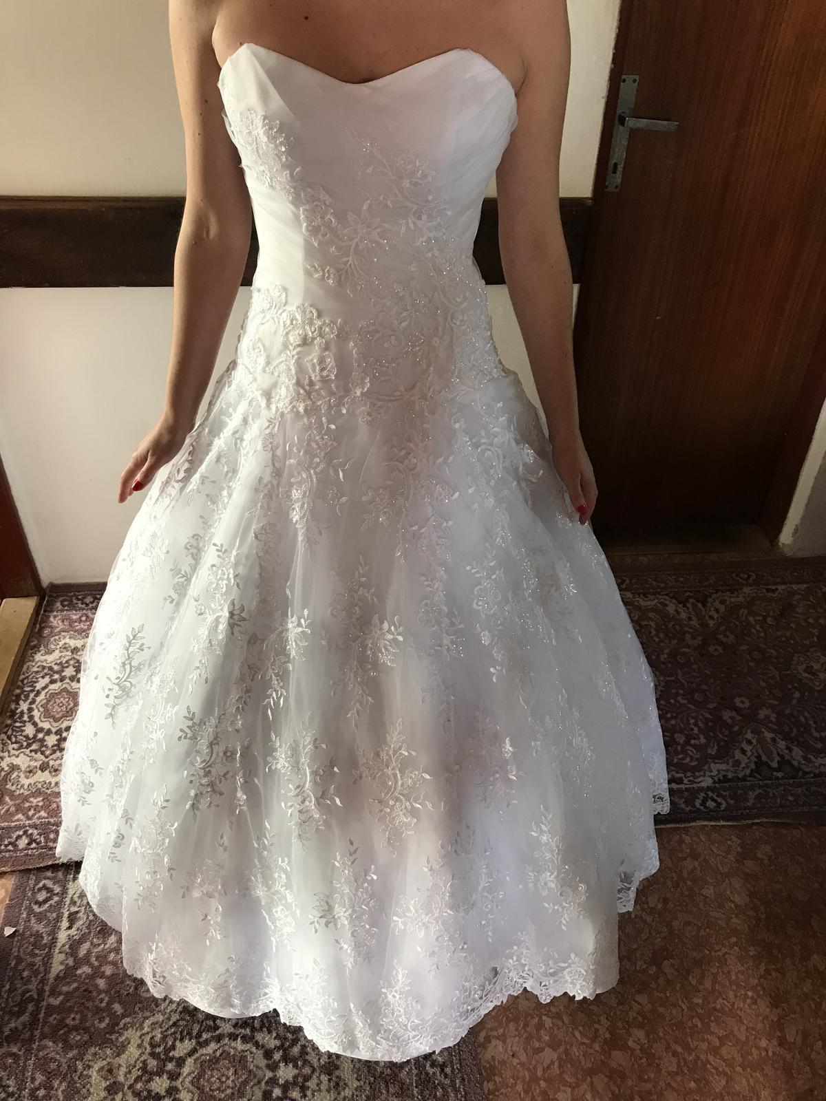 Luxusne, snehovobiele svadobne šaty - Obrázok č. 1