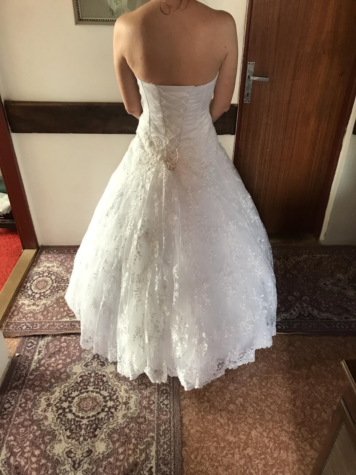 Luxusne, snehovobiele svadobne šaty - Obrázok č. 2