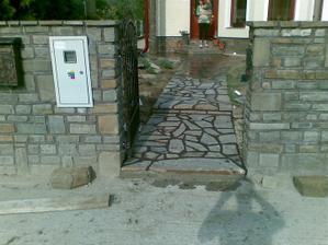 murovany plotik a chodnik