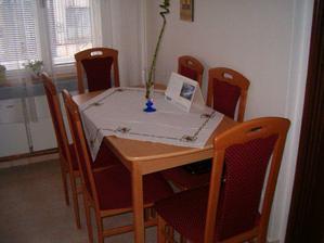 V kuchyni je nový akorát stůl s židlemi..:o)
