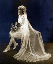 První krátké svatební šaty
