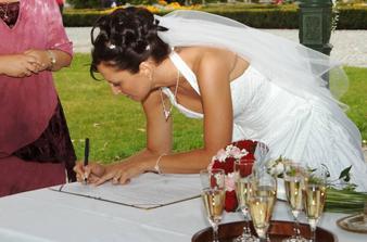 na sobě-při podpisu