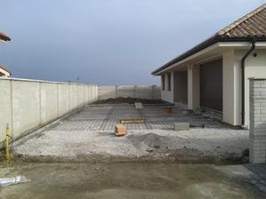 07.11. Uprava priedomia: betonovy zaklad na ktory pojde zamkova dlazba