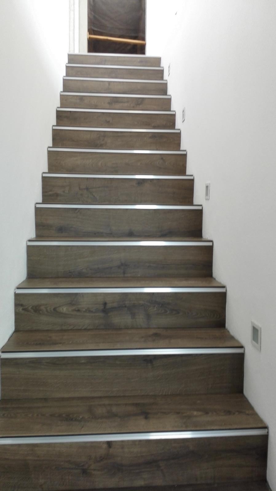 ARD Dekor 8 - 10.05. Podlaha na schodoch je hotova (este bocne sokle a potom dame rohove listy na schody)