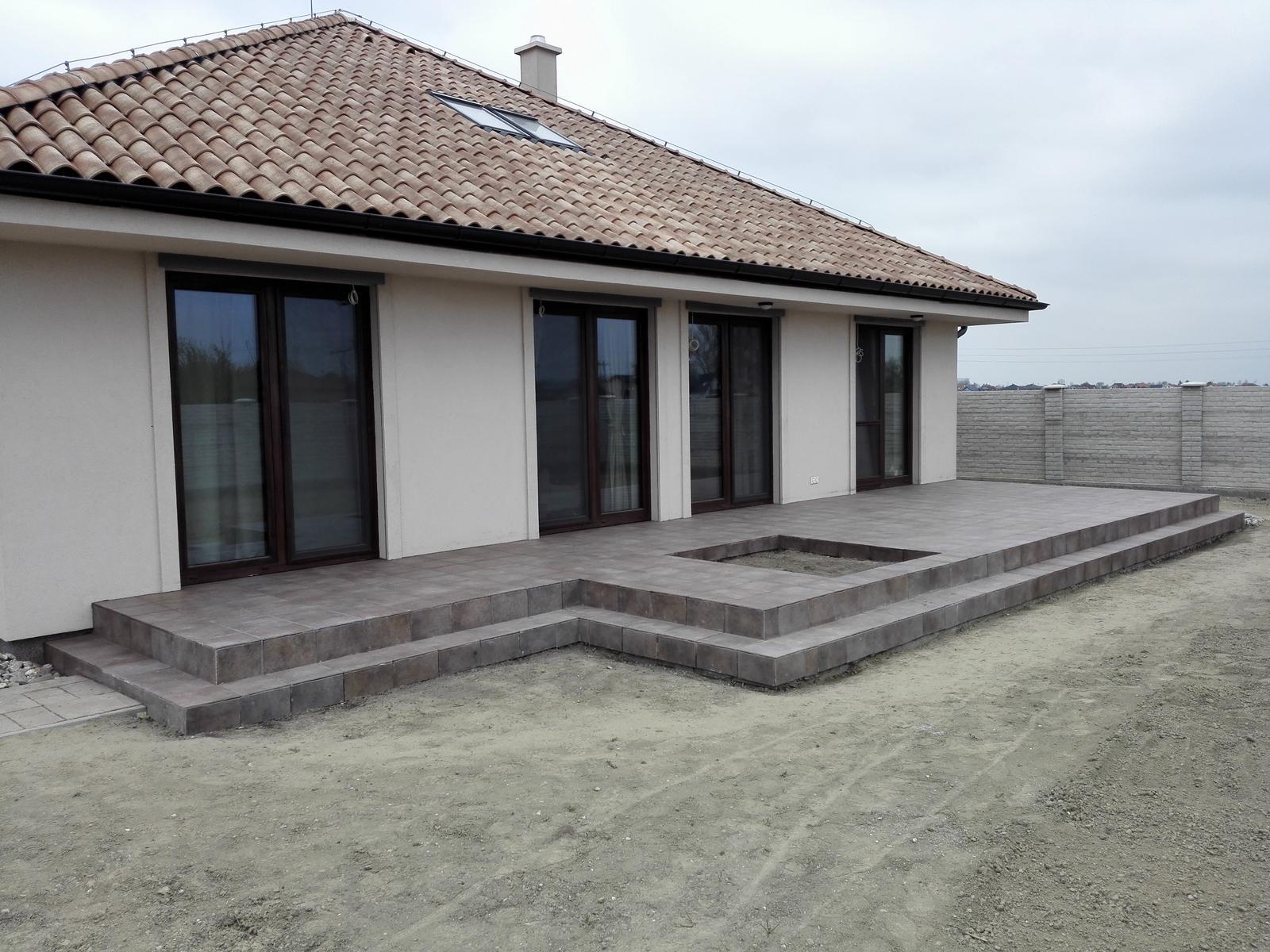 ARD Dekor 8 - 11.04. Vydlazdena terasa, priedomie aj schody do domu