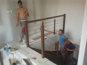 Drevené samonosné schody sme hladali tu aj v Polsku a nakoniec hen tu za humnami pán Bača z Beharoviec s kvalitou a pecíznosťou Nemeckej firmy a dobrou cenou