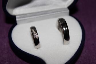 naše prstýnky v krabičce (nevím proč, ale ještě jsem tu neviděla u nikoho fotku, která by podtrhovala krásu prstýnků - ani mě se to nepovedlo :-( ) Naživo vypadají úplně jinak - mnohem líp! Můj krasavec má 5 briliantů ;-)