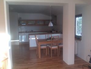 Z obýváku pohled do kuchyně.