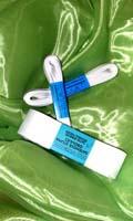 biele saténové stužky na pierka