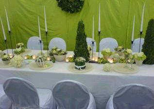 představa výzdoby stolů na hostině. Tip č.2