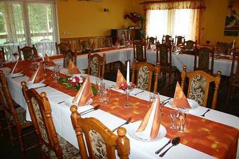 uspořádání stolů var.2 - a bude to oranžovo bílé...hezčí :-))