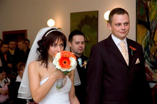 Veronika{{_AND_}}Tomáš Bělešovi - to nečuchám ke kytičce, ale utírám si nos....pořád jsem jenom palakala :-)))
