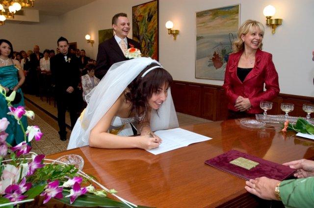 Veronika{{_AND_}}Tomáš Bělešovi - ha ha ha ...prostě jsem byla mimo a zeptala jsem se, jestli podpis tiskacím nebo psacím  :-))))) a podepsala jsem se ještě k tomu špatně ...