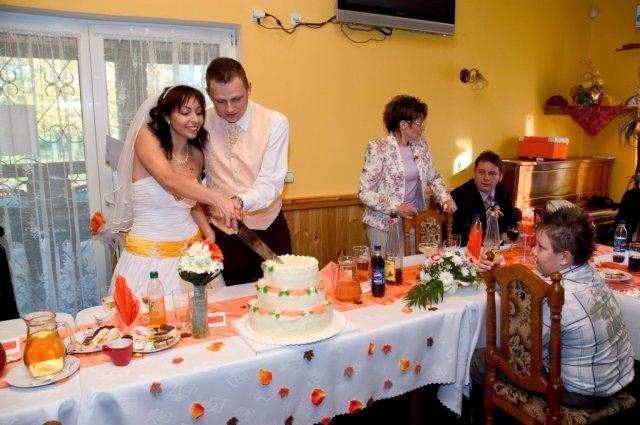 Veronika{{_AND_}}Tomáš Bělešovi - krájení dortu ... byl naprosto výýýborný ...