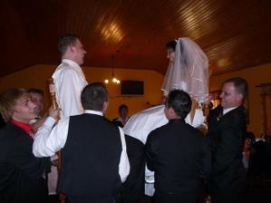 vyhazování novomanželů na židlích - žádná legrace Vám řeknu :-)))