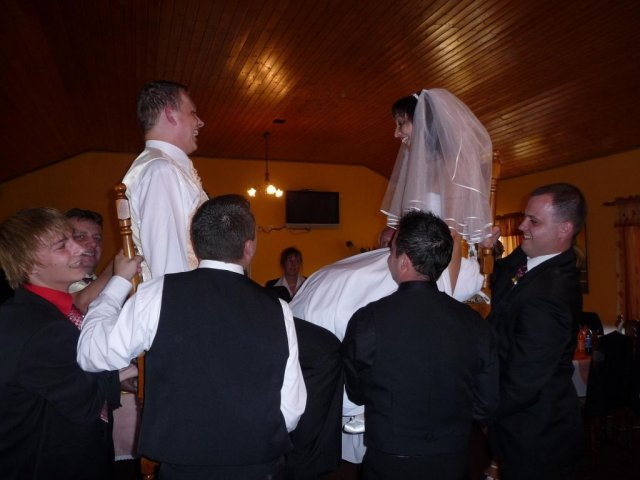 Veronika{{_AND_}}Tomáš Bělešovi - vyhazování novomanželů na židlích - žádná legrace Vám řeknu :-)))
