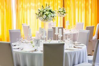 ..vyzdoba..svetla..biela kombinovana s jemnuckou kremovou..okruhle stoly, velke vazy so zivymi kvetmi:)..